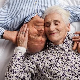 恋に一緒に年配のカップルをクローズアップ
