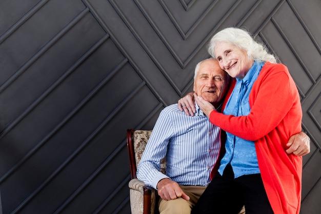 愛の愛らしい成熟したカップル