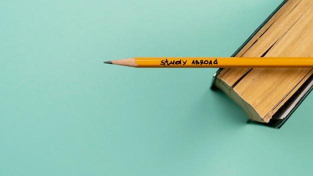 本に鉛筆でトップビューの装飾