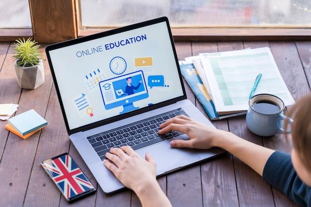 Крупным планом девушка учится на своем ноутбуке