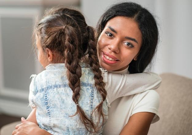 Высокий угол маленькая девочка обнимает маму