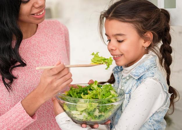 母娘のサラダを給餌