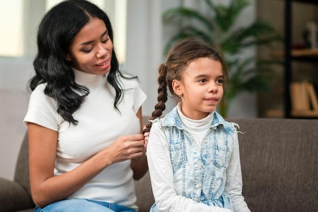 母娘の髪を編む