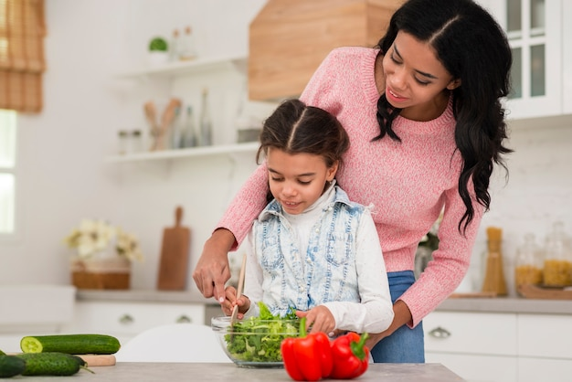 Мама учить дочь готовить