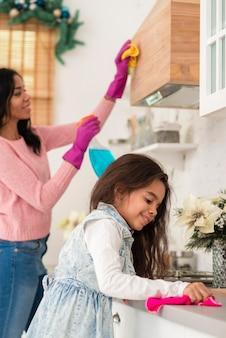 Дочь помогает маме убирать
