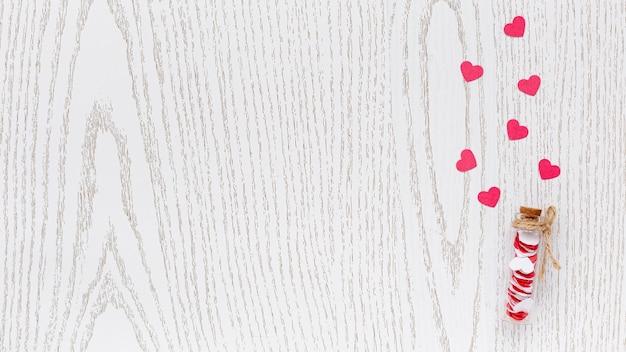 バレンタインデーのための心とコピースペースを持つチューブのフラットレイアウト