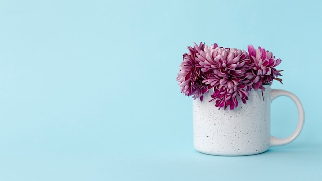 バレンタインデーのための花とコピースペースマグカップの正面図