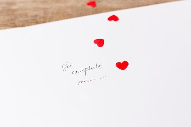 Высокий угол бумаги с сообщением день святого валентина