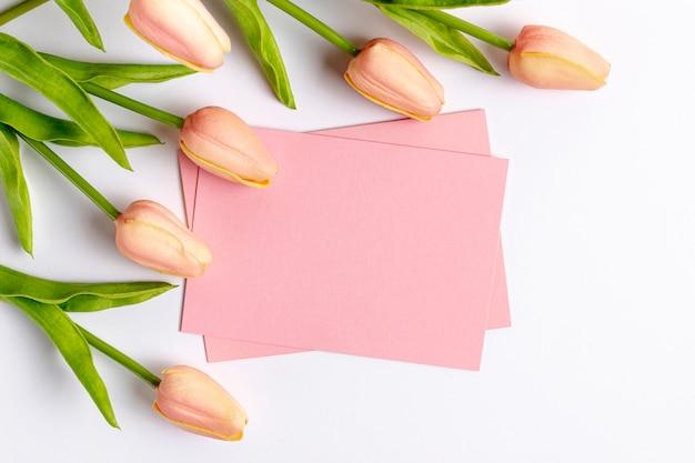 Плоская планировка из тюльпанов и бумаги с копией пространства на день святого валентина