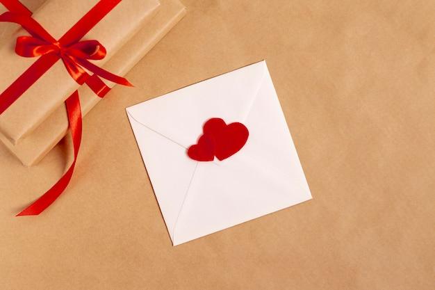 バレンタインデーのプレゼントと封筒のトップビュー