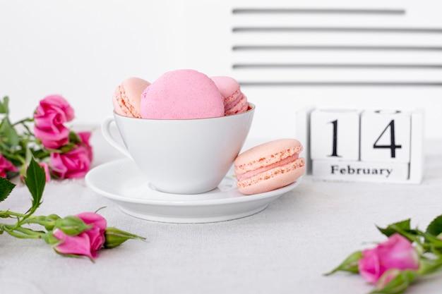 バレンタインデーとマカロンのカップ