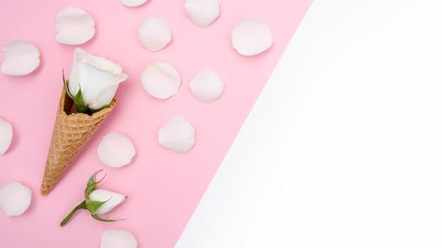 バラと花びらのアイスクリームコーンのトップビュー