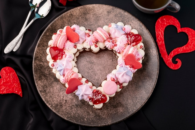 Вид сверху на день святого валентина в форме сердца торт на тарелку