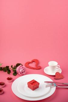 Подарочная коробка на тарелке с копией пространства и розы