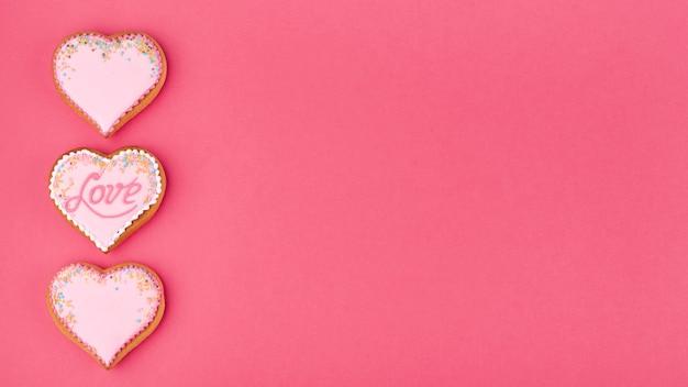 振りかけるとコピースペースを持つハート型のクッキー