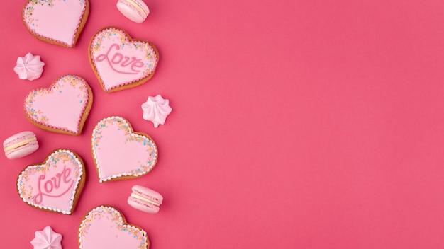 バレンタインデーのためのハート型のクッキーとメレンゲ