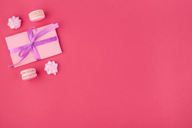 バレンタインデーのためのメレンゲとマカロンのギフト
