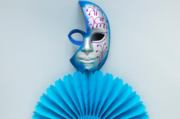 Плоская прокладка карнавальной маски и бумажный веер