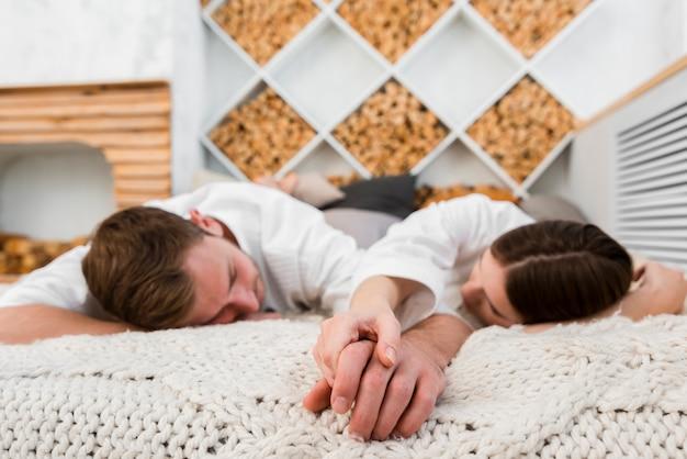 ベッドで寝ているバスローブのカップル