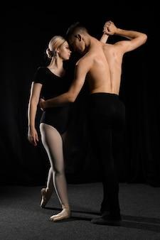 踊りながらポーズをとってバレエダンサーのカップル