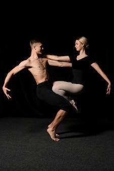 バレエの位置でポーズをとるバレエダンサー