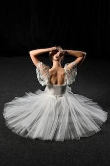 Вид сзади балерины, сидя в пачке платье