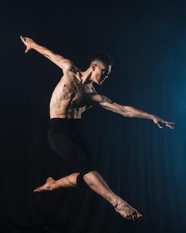 タイツで踊るバレリーノの側面図
