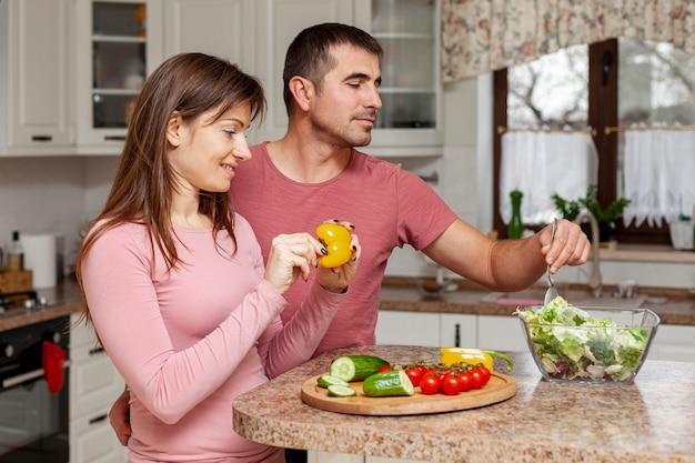 Молодая пара ест здоровую пищу