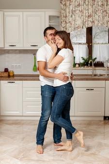 Молодая милая пара в кухне