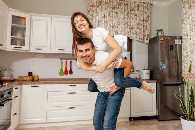 Смешная пара позирует на кухне