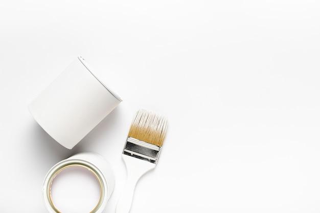白いペンキ容器とフラットレイアウトフレーム