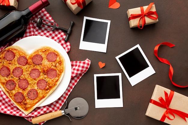 ピザとポラロイドのトップビューバレンタインデーの品揃え