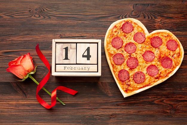 木製の日付装飾が施されたバレンタインデーディナーの素敵なアレンジメント