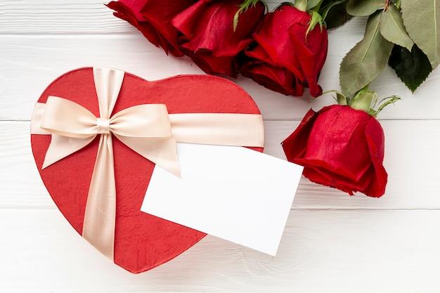 白い木製の背景にバレンタインデーディナーの素敵なアレンジメント