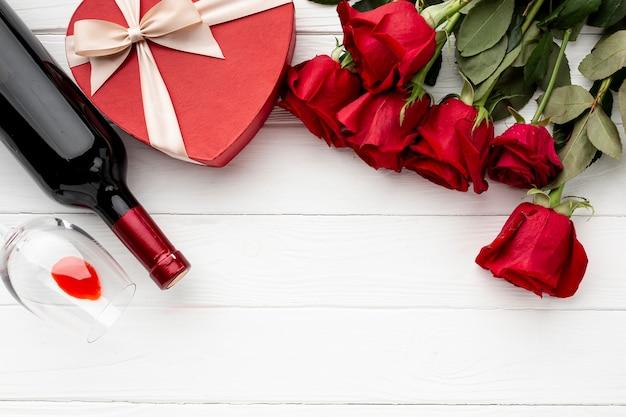 白い木製の背景にバレンタインの日の夕食の品揃え