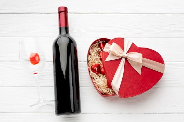 白い木製の背景にバレンタインの日の夕食のための素敵な品揃え