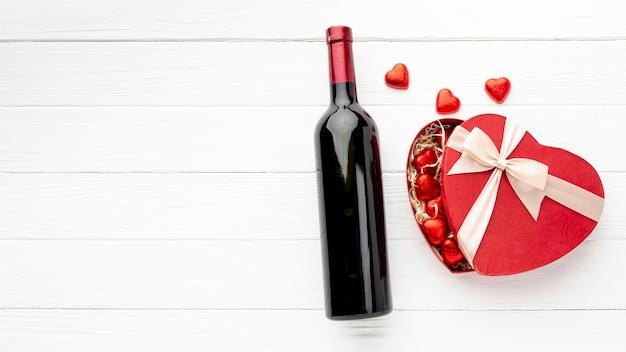 コピースペースを持つ白い木製の背景にバレンタインの日の夕食のための素敵な品揃え