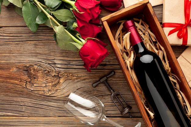 シャンパンボトルとバレンタインの日ディナーの素敵な品揃え