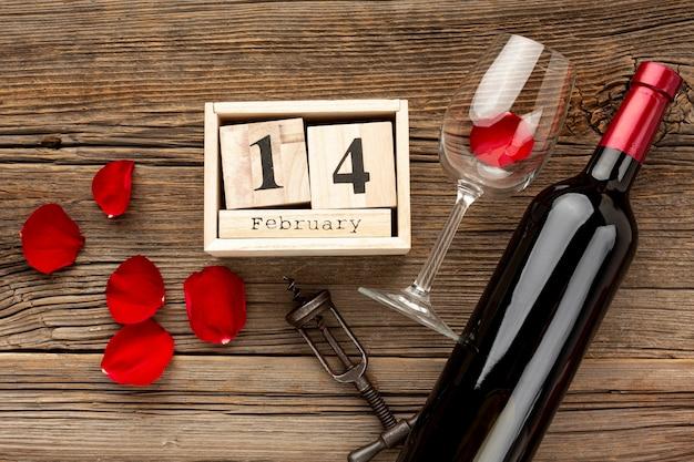 День святого валентина ассортимент с лепестками и шампанским