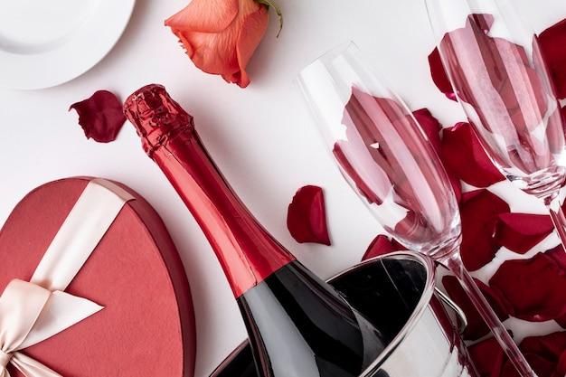 シャンパンとグラスのクローズアップとバレンタインデーの配置