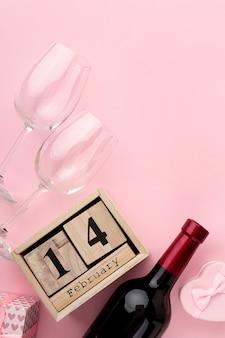 ピンクの背景にバレンタインのディナーのトップビューの配置