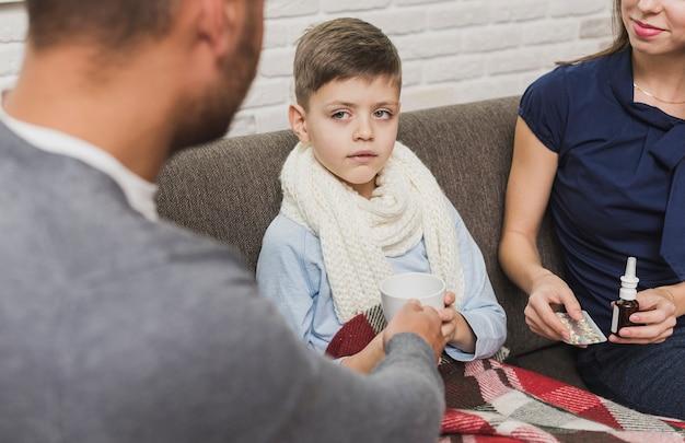 За ребенком присматривают его родители