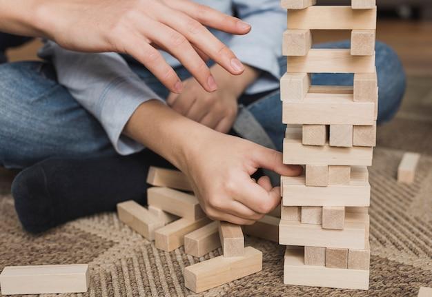 Семья крупным планом играет в игры вместе
