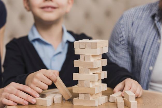 家族一緒にゲームをプレイ