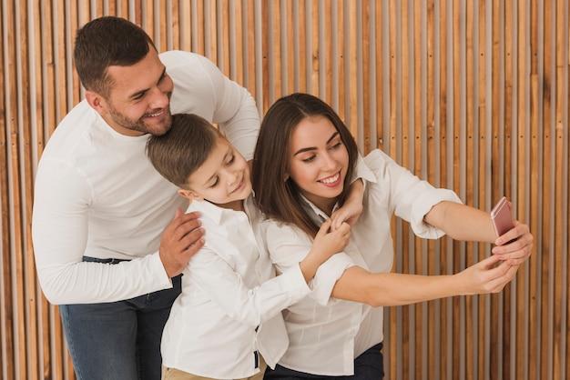 Счастливая семья, принимая селфи вместе