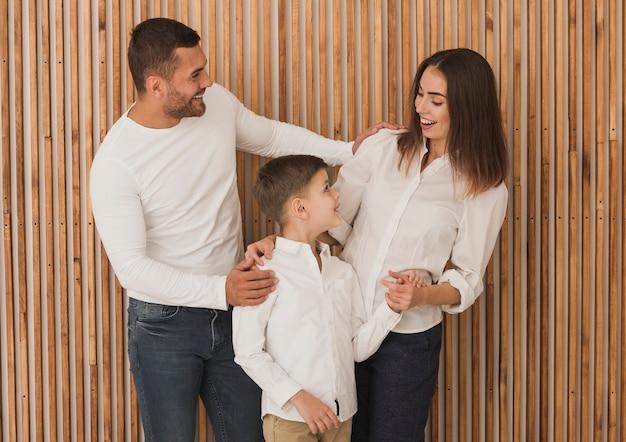 Прелестная семья играет с сыном