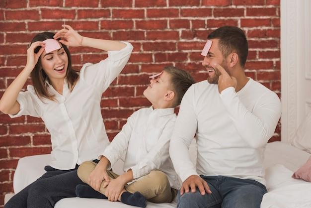 Прелестная семья играя совместно