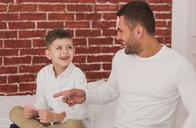 Портрет отца играет с сыном