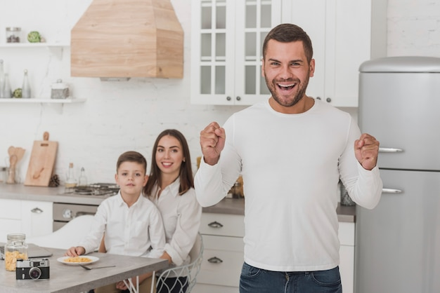 家族と幸せなパパの肖像画