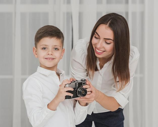 Портрет матери учит сына пользоваться камерой
